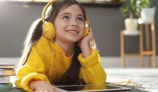 enfant écoutant un podcast Bayard Jeunesse