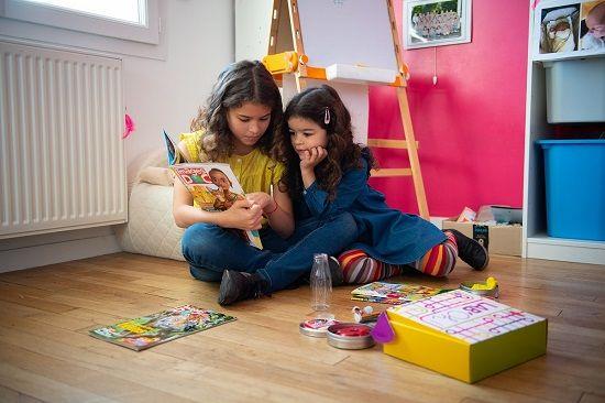 Enfants jouant avec le magazine Images Doc et la box scientifique Lab'oh !
