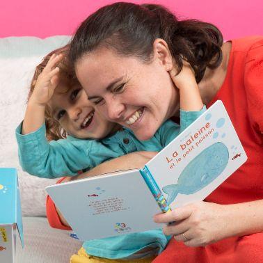 maman et enfant lisant le livre de la box Popi bain
