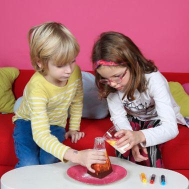 enfants jouant avec une box Lab'oh sciences, fabrique ton volcan