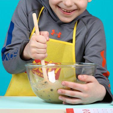 enfant cuisine des cookies avec la box maths, oui t'as tout compris multiplications